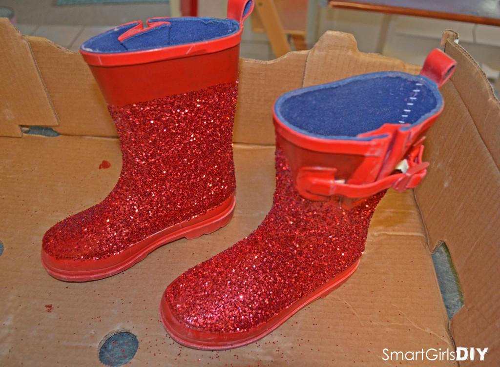 Smart Girls DIY - Making glittery santa boots