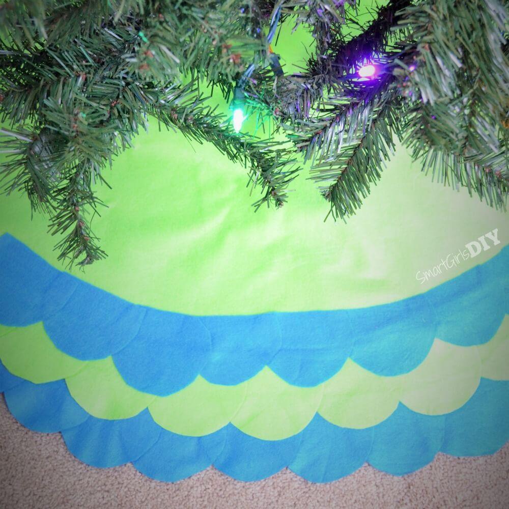 DIY Felt scalloped tree skirt